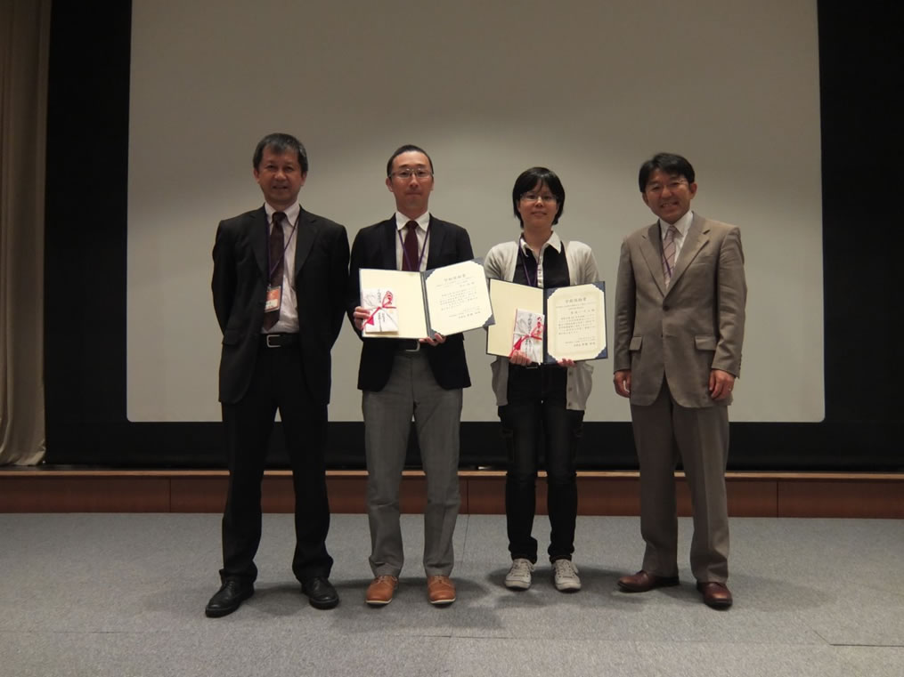 日本鉄バイオサイエンス学会学術奨励賞 受賞者  左から、豊國伸哉(理事長、名古屋大)、平山 祐、